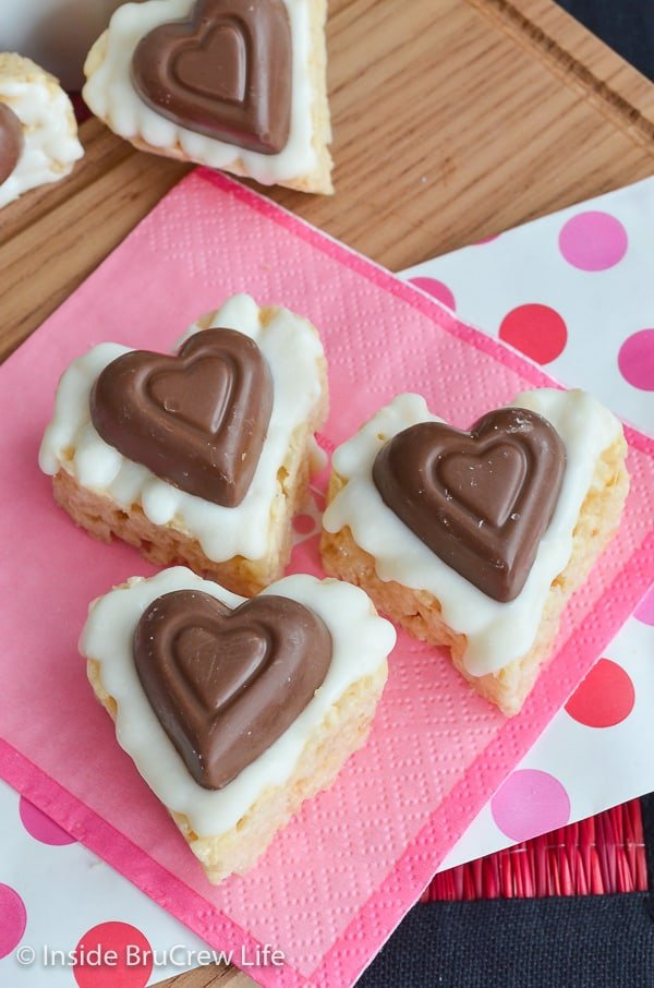 White Chocolate Reese's Krispie Hearts - a peanut butter cup heart and white chocolate make these rice krispie treats a fun Valentine's day snack. #ricekrispietreats #nobake #peanutbuttercups #heartshapedtreats #valentinesday #reeses