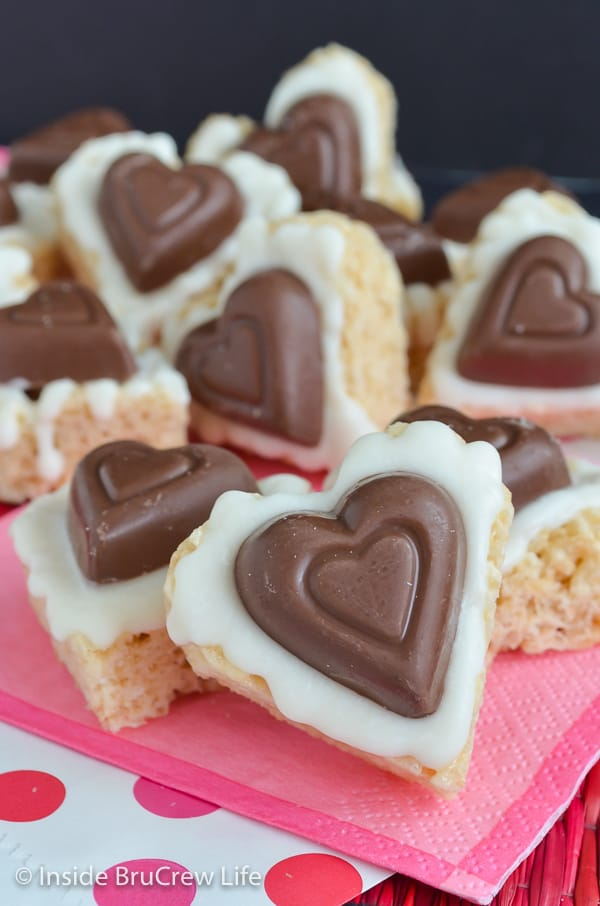 White Chocolate Reese's Krispie Hearts - white chocolate and a peanut butter cup heart make these the best rice krispie treats ever! Make this fun recipe for Valentine's day parties! #ricekrispietreats #nobake #peanutbuttercups #heartshapedtreats #valentinesday #reeses