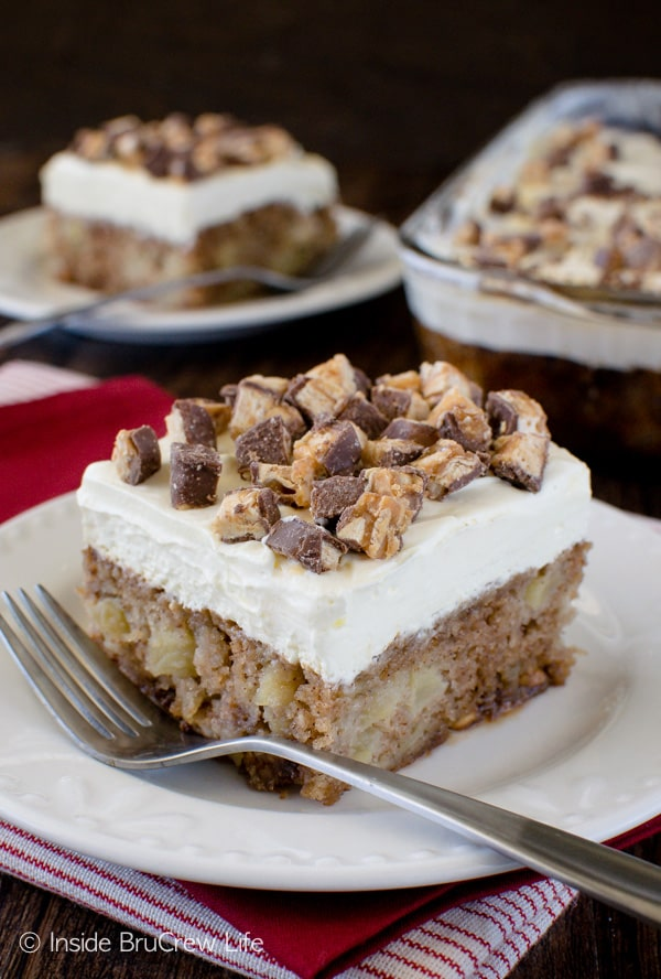 Apple Snickers Cake - this sweet dessert is loaded with lots of apples and candy bars. Great fall dessert recipe!
