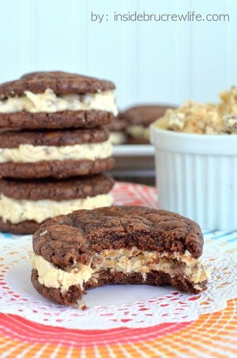 Reese's White Chocolate Brownie Whoopie Pies - brownie cookies filled with a white chocolate Reese's frosting #brownies #reeses
