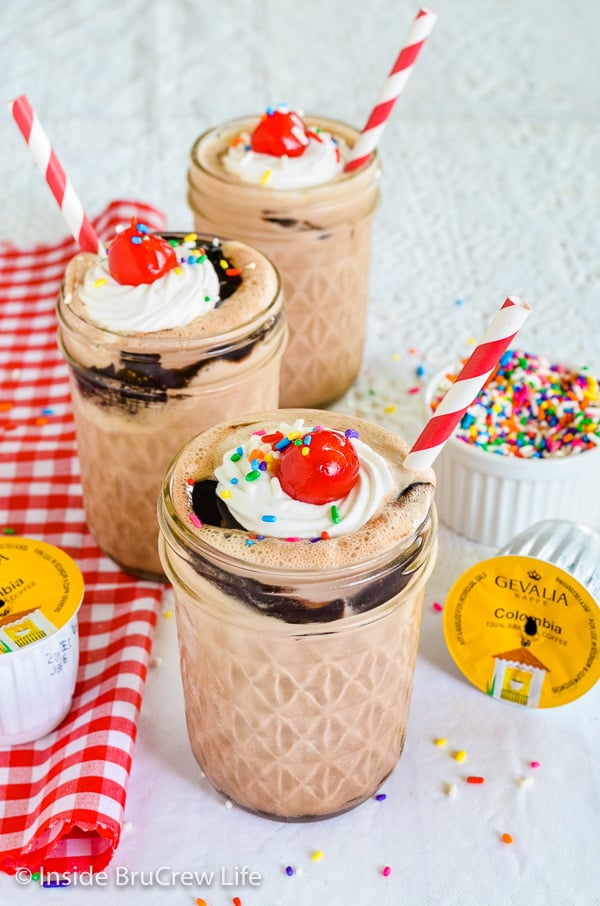 Mocha Fudge Milkshakes - ice cream, coffee, and hot fudge make this easy milkshake taste amazing. Try this easy recipe on a hot summer day! #milkshake #coffee #mocha #fudge #recipe #summerdessert