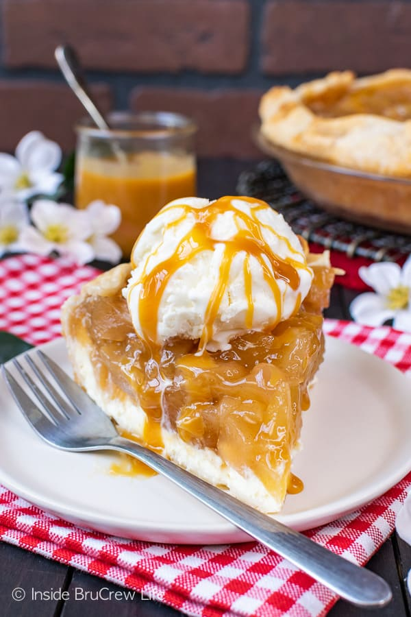 Cheesecake Apple Pie - layers of homemade apple pie filling and creamy cheesecake makes this pie an irresistible dessert. Try this recipe for fall parties! #apple #pie #fall #recipe #cheesecake #applepie #caramel