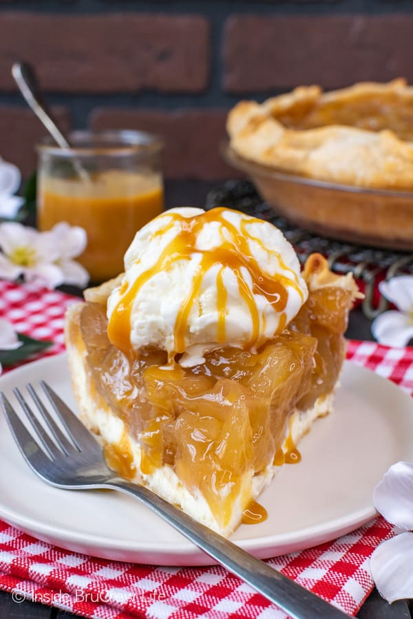 Cheesecake Apple Pie - homemade apple pie filling and a layer of cheesecake makes this pie a favorite. Enjoy it with ice cream and caramel for a fun fall dessert! #apple #pie #fall #recipe #cheesecake #applepie #caramel