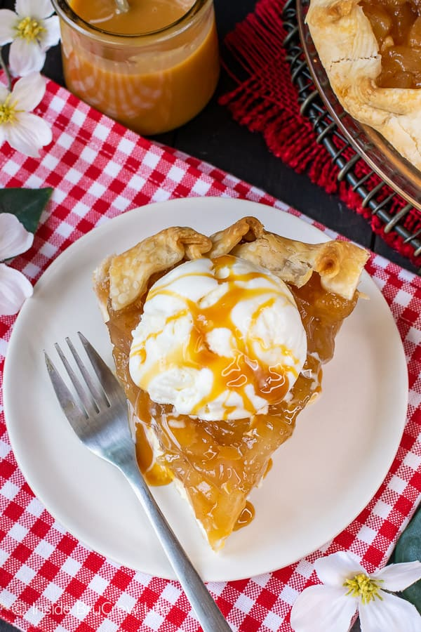 Cheesecake Apple Pie - a scoop of vanilla ice cream and caramel to this easy pie. Make this recipe for fall parties! #apple #pie #fall #recipe #cheesecake #applepie #caramel