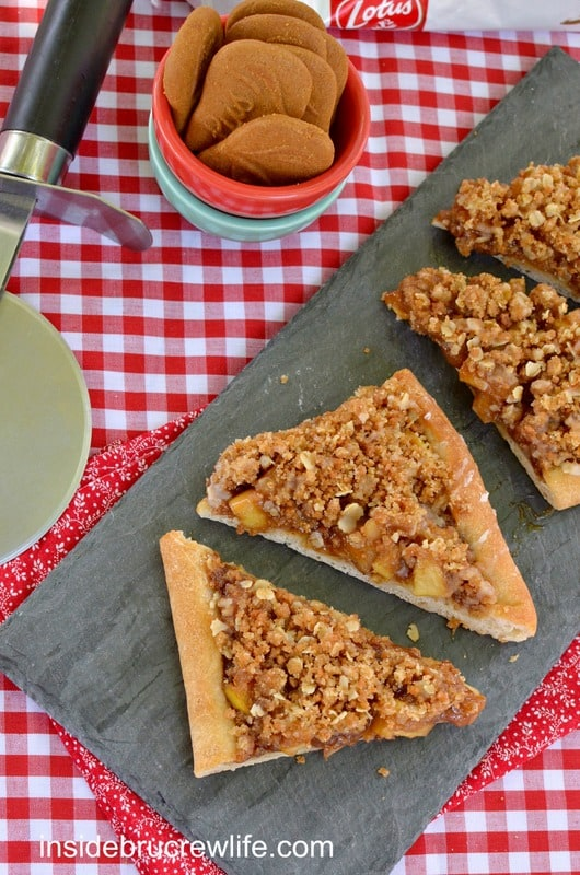 Apple Biscoff Crumble Pizza - pizza crust topped with Biscoff spread, apples, and a crumble topping with oats and Biscoff cookies http://www.insidebrucrewlife.com