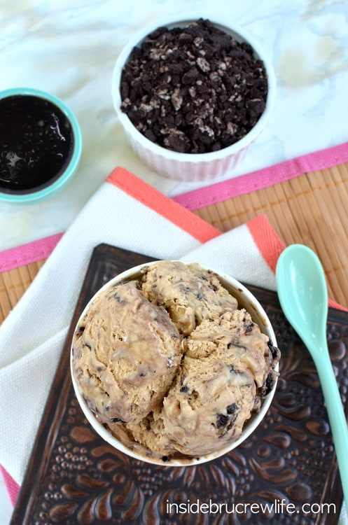 Oreo Fudge Cappuccino Ice Cream - no machine needed to make this coffee ice cream swirled with Oreo cookies and hot fudge ice cream topping http://www.insidebrucrewlife.com
