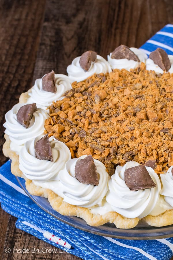 Peanut Butter Butterfinger Pie - layers of cheesecake and candy bars creates a decadent and delicious pie. Easy recipe to make for the holidays! #pie #butterfinger #holiday #peanutbutter