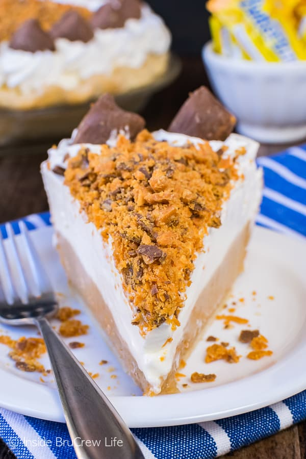 Peanut Butter Butterfinger Pie - layers of cheesecake and candy bars make up this easy pie. Great recipe for the holidays! #pie #butterfinger #holiday #peanutbutter
