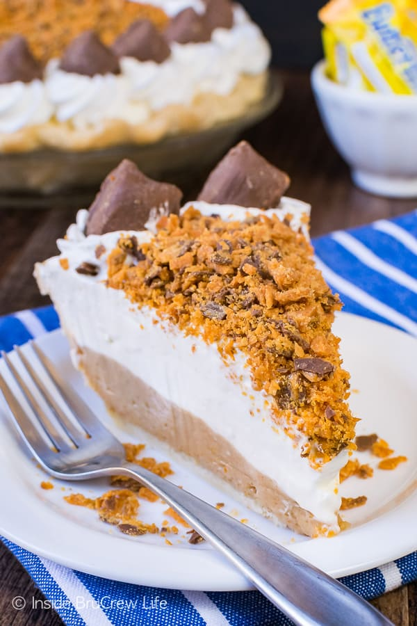 Peanut Butter Butterfinger Pie - layers of cheesecake and candy bars make this amazing pie disappear in a hurry. Great recipe for the holidays! #pie #butterfinger #holiday #peanutbutter