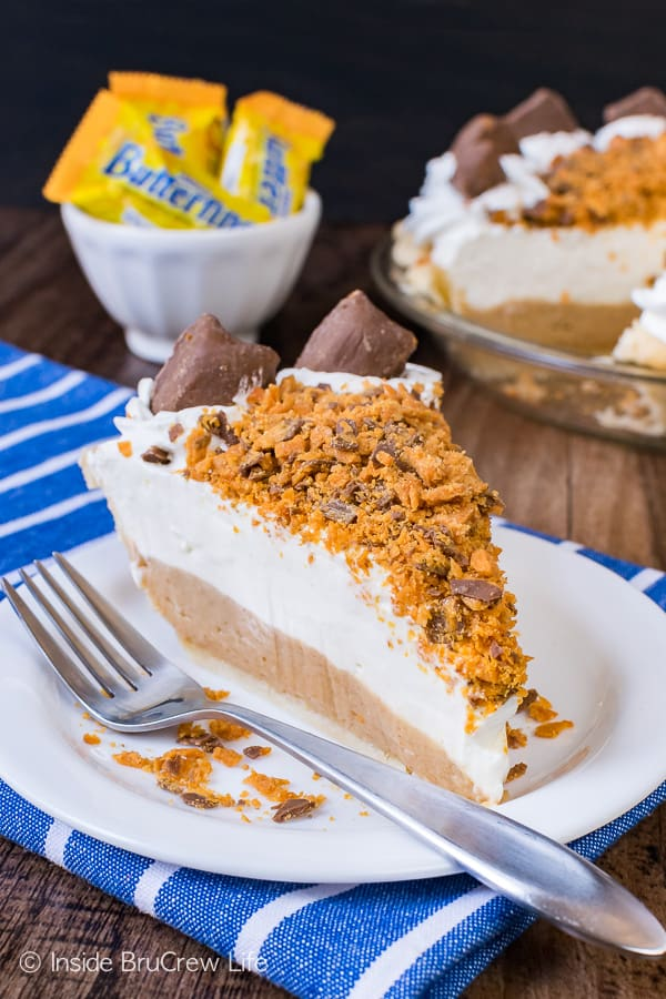 Peanut Butter Butterfinger Pie - crunchy candy bars and creamy cheesecake layers make up this pretty pie. Great recipe for the holidays! #pie #butterfinger #holiday #peanutbutter