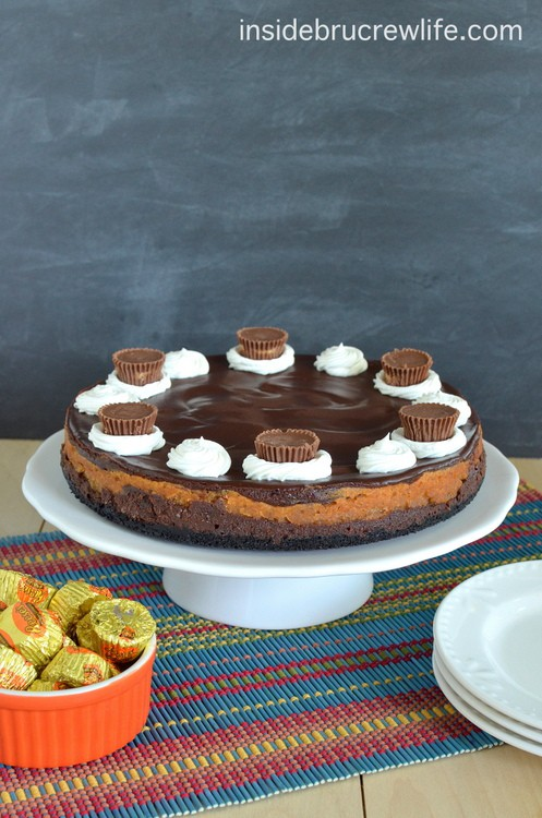 Peanut Butter Cup Cheesecake - chocolate peanut butter cheesecake with an Oreo cookie crust! Make this recipe for dinner parties! #cheesecake #peanutbutter #chocolate #peanutbuttercups