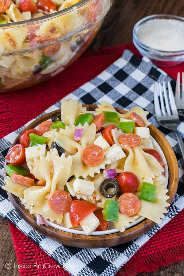 Pizza Pasta Salad - veggies, pepperoni, and cheese make this easy pasta salad a delicious summer dinner! Great recipe for picnics!