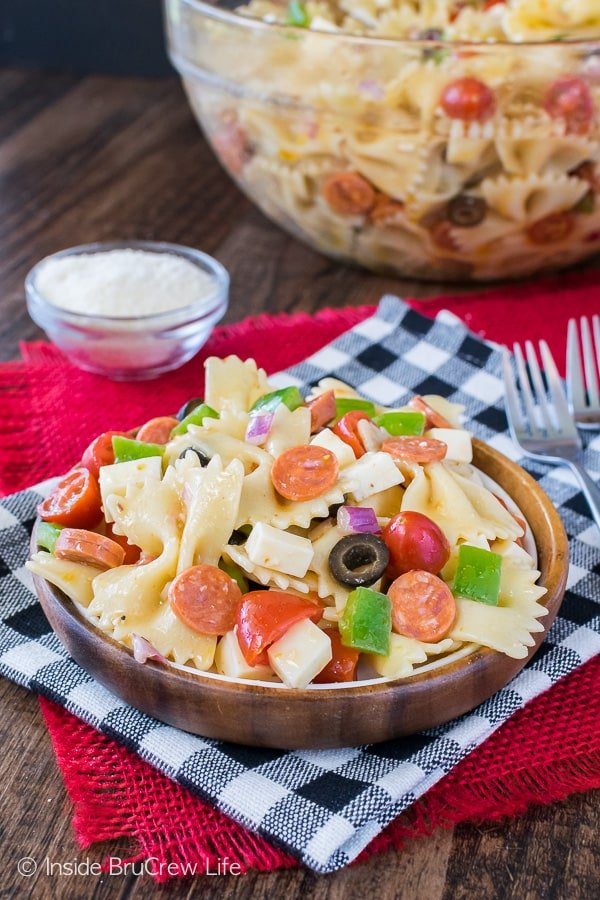 Pizza Pasta Salad - your favorite pizza toppings turn this pasta salad into a fun dinner. Great salad recipe for summer picnics!
