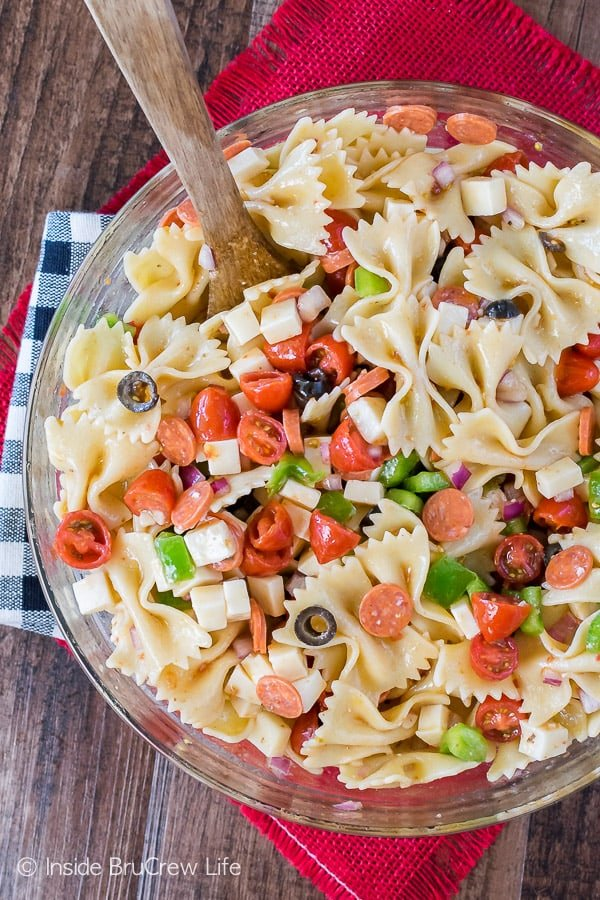 Pizza Pasta Salad - adding your favorite pizza toppings to pasta makes a delicious pasta dinner. Easy recipe for summer picnics!