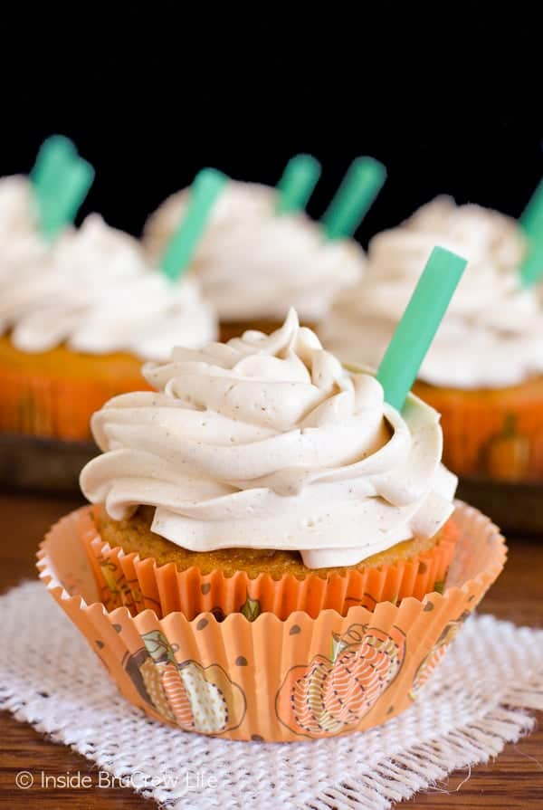 Pumpkin Spice Latte Cupcakes - pumpkin and coffee go together so well in this fun copycat of the popular fall drink! Great dessert recipe!