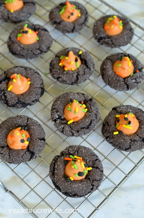 Mocha Pumpkin Spice Cookies - dark chocolate and pumpkin spice kisses make these cookies completely irresistible www.insidebrucrewlife.com
