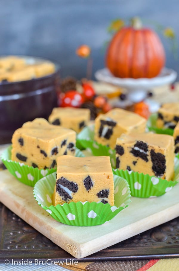 Pumpkin Cookies and Cream Fudge - this easy cookies and cream fudge gets a fun twist from pumpkin pudding. Great recipe to make for the holidays. #fudge #nobake #pumpkin #cookiesandcream #thanksgiving