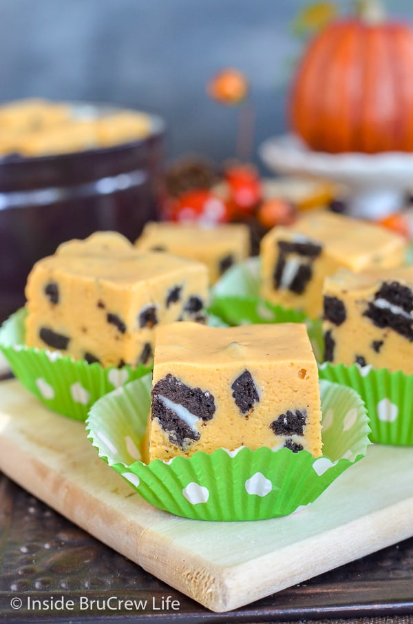 Pumpkin Cookies and Cream Fudge - this easy pumpkin fudge is filled with chocolate cookie chunks. Try this easy recipe for a fun treat for Thanksgiving. #fudge #nobake #pumpkin #cookiesandcream #thanksgiving