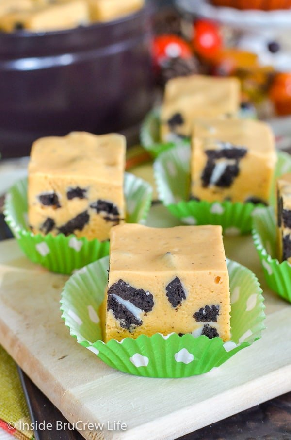 Pumpkin Cookies and Cream Fudge - Oreo cookies add a fun flair to this easy pumpkin fudge. Great cookies and cream recipe to make for the holidays. #fudge #nobake #pumpkin #cookiesandcream #thanksgiving