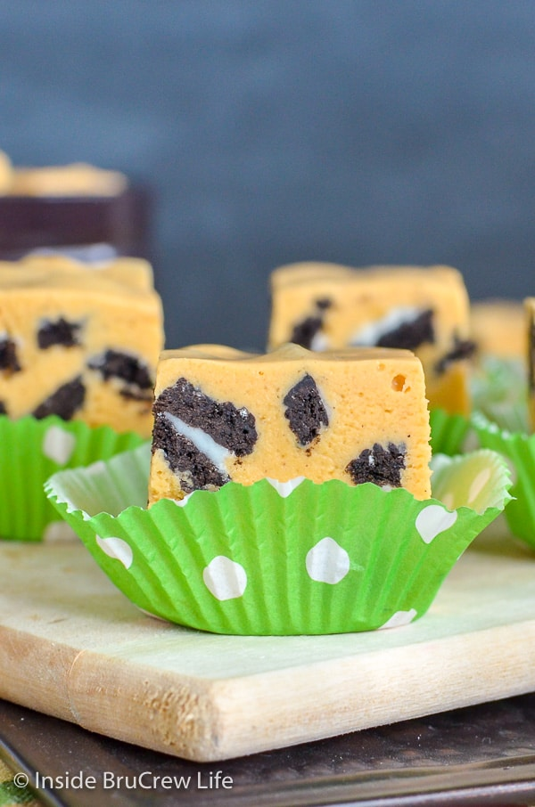 Pumpkin Cookies and Cream Fudge - chunks of cookies make this sweet pumpkin fudge a fun treat for the holidays. Try this easy recipe for Thanksgiving this year. #fudge #nobake #pumpkin #cookiesandcream #thanksgiving