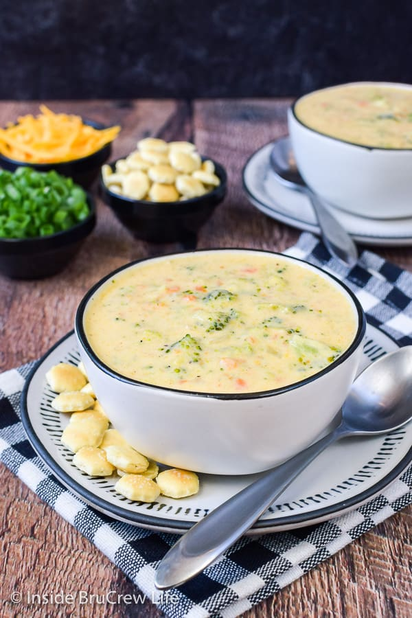 Broccoli Cheese Soup - this creamy cheese soup is loaded with lots of fresh veggies. It is a delicious copycat of the popular Panera recipe. Try this easy recipe for dinner this fall.