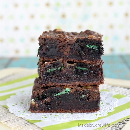 Fudge Mint Gooey Brownie Bars - brownie, mint cookies and baking chips, and hot fudge make these bars irresistible www.insidebrucrewlife.com