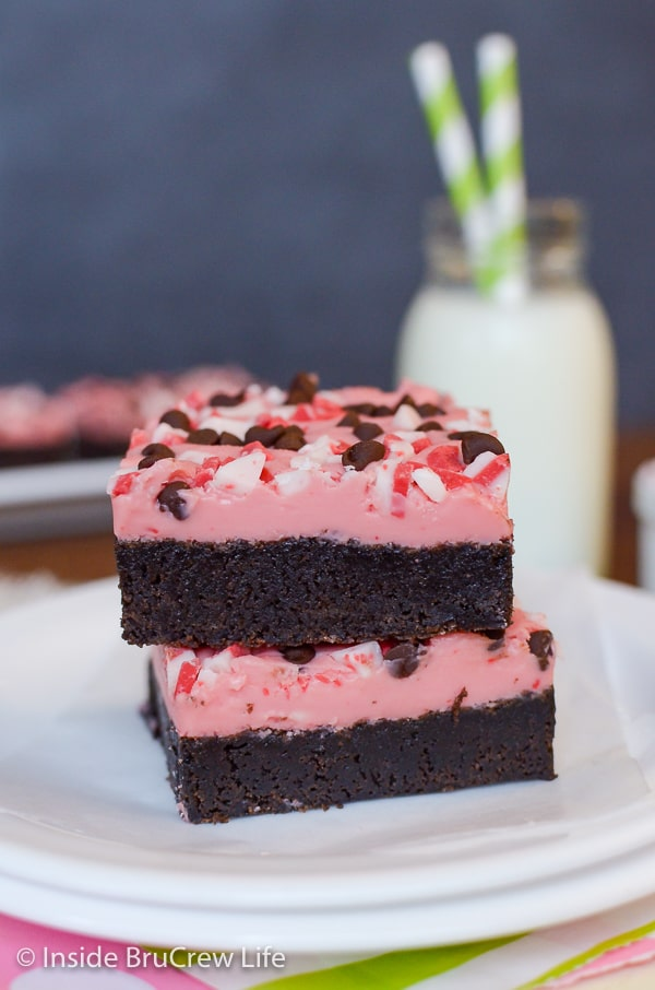 Peppermint Chip Brownies - a creamy peppermint topping and homemade brownies make the perfect holiday dessert. Make this easy recipe for holiday parties! #brownies #peppermint #peppermintcrunch #holiday #christmas