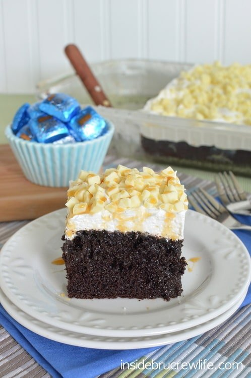 White Chocolate Caramel Poke Cake - chocolate, caramel, and candy bars make this cake so delicious  www.insidebrucrewlife.com