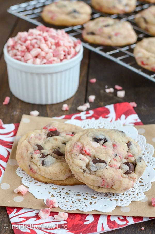 Oreo Peppermint Crunch Cookies - peppermint bits and cookie chunks make these cookies and cream cookies disappear in a hurry! Great recipe to make for holiday parties! #cookies #peppermint #cookiesandcream #holiday #christmas #cakemixcookies