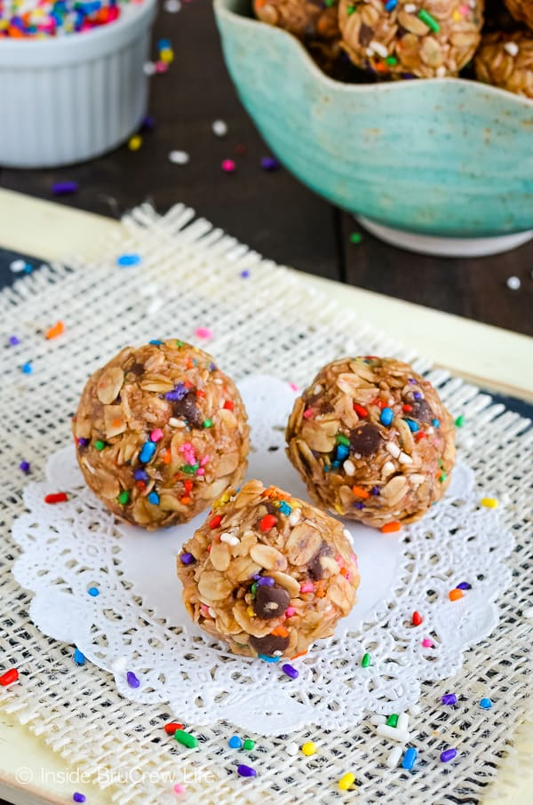 Skinny Peanut Butter Granola Bites - these easy no bake granola bites are full of protein. Great recipe to give you a little sweet energy to make it through the day! #granolabites #energybites #granolaballs #healthy #nobake #peanutbutter