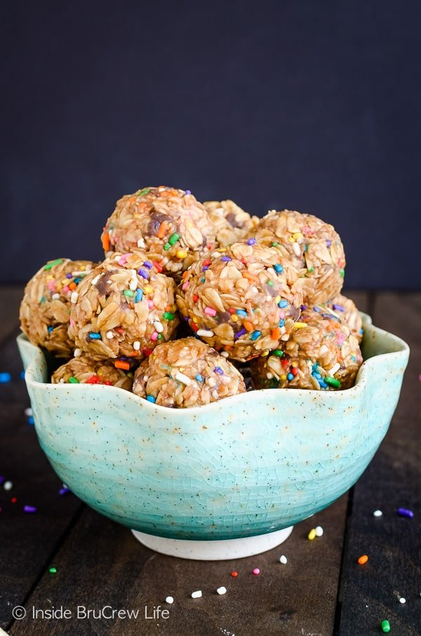 Skinny Peanut Butter Granola Bites - chocolate chips and sprinkles add a fun flair to these easy no bake oatmeal bites. Make this easy recipe to snack on when you are cutting out extra sugar. #granolabites #energybites #granolaballs #healthy #nobake #peanutbutter