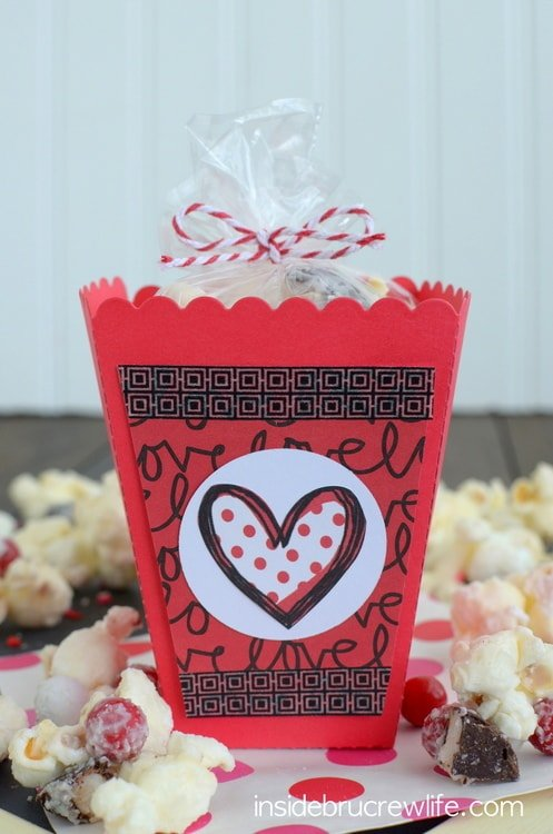 White Chocolate Peppermint Pattie Popcorn - easy snack mix loaded with marshmallow and peppermint candies!