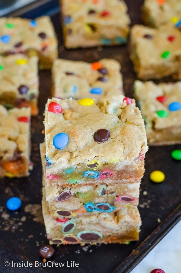 M&M Blonde Brownies - adding lots of colorful candies makes these cookie bars disappear in a hurry. Make these easy cookie bars for any party, picnic, or bake sale! #blondebrownies #candy #easydessert #cookiebars #bakesaletreats