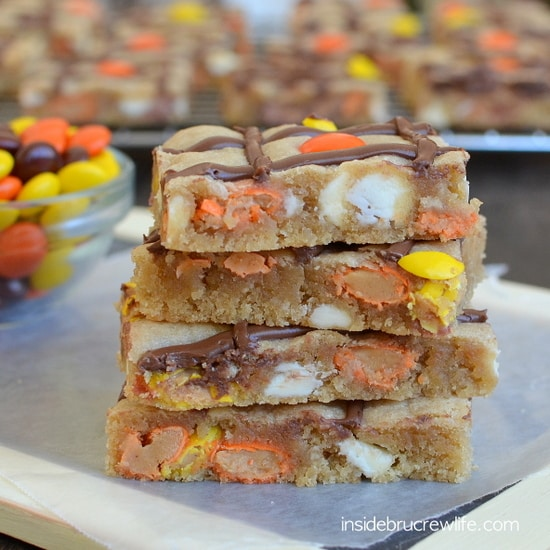 Peanut Butter Nutella Cookie Bars - peanut butter cookie bar recipe loaded with candy and chocolate drizzles