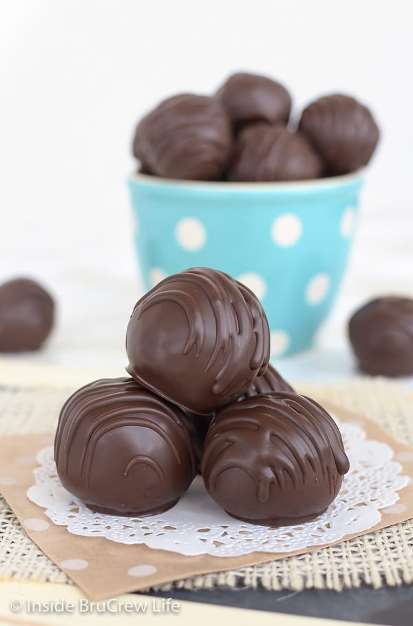 Amaretto Pecan Cookie Dough Truffles - edible cookie dough bites loaded with pecans and dipped in an amaretto dark chocolate makes a delicious no bake treat. #nobake #cookiedough #pecan #truffles