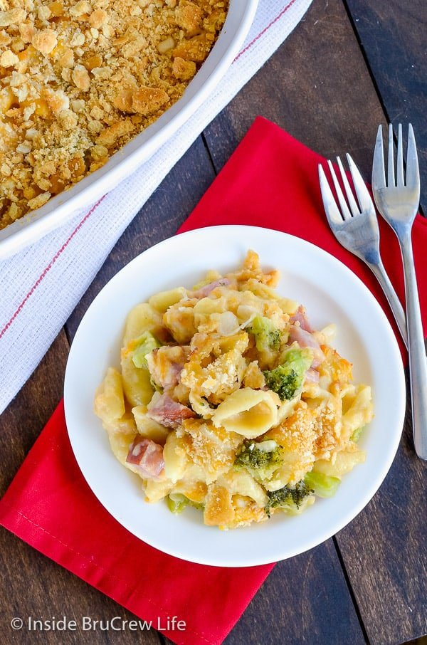 Ham and Broccoli Pasta Bake - cheesy pasta filled with ham and broccoli. Easy dinner recipe to use up leftover ham. #ham #pasta #easydinner #recipe #broccoli #cheese #comfortfood #easydinnerrecipe #cheesypasta