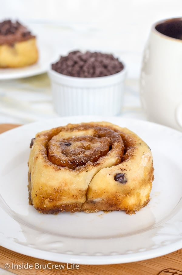 Chocolate Chip Cinnamon Rolls - you can have these no yeast cinnamon rolls on your breakfast table in under an hour. Easy recipe for breakfast or brunch! #cinnamonrolls #noyeast #chocolate #breakfast