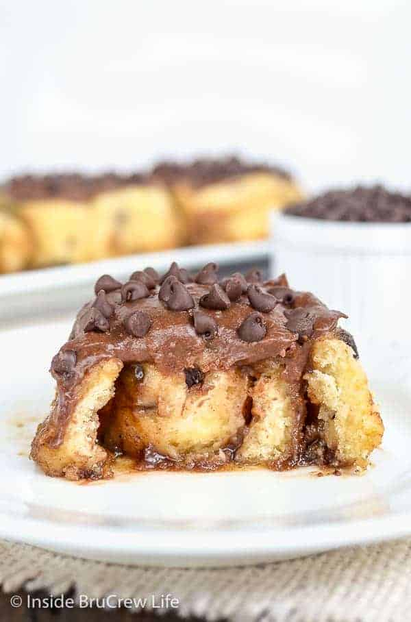 Chocolate Chip Cinnamon Rolls - these easy, no yeast cinnamon rolls can be made and eaten in under an hour. Make this easy recipe for weekend breakfasts. #cinnamonrolls #noyeast #chocolate #breakfast