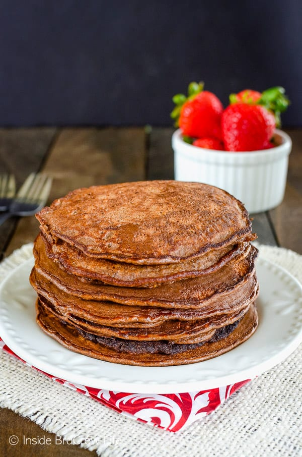 Skinny Chocolate Banana Oatmeal Pancakes - adding protein powder and cocoa powder to these easy two ingredient pancakes makes a delicious and healthy breakfast. Make and freeze this easy recipe for busy mornings! #breakfast #pancakes #twoingredientpancakes #banana #healthy