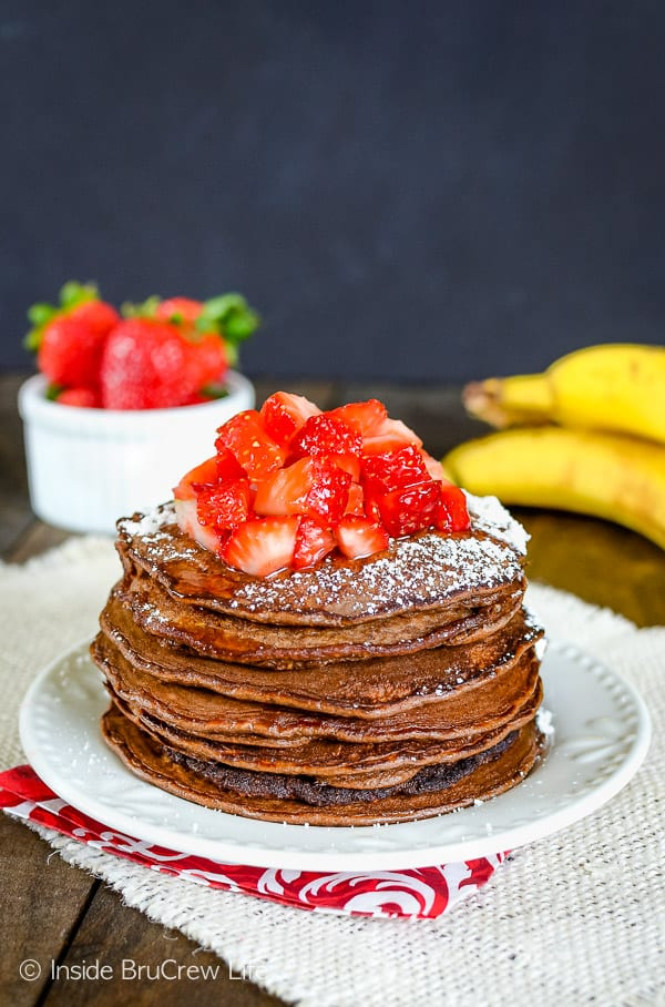 Skinny Chocolate Banana Oatmeal Pancakes - these easy two ingredient pancakes get a blast of extra protein from protein powder. Easy and delicious recipe to make for breakfast! #breakfast #pancakes #twoingredientpancakes #banana #healthy