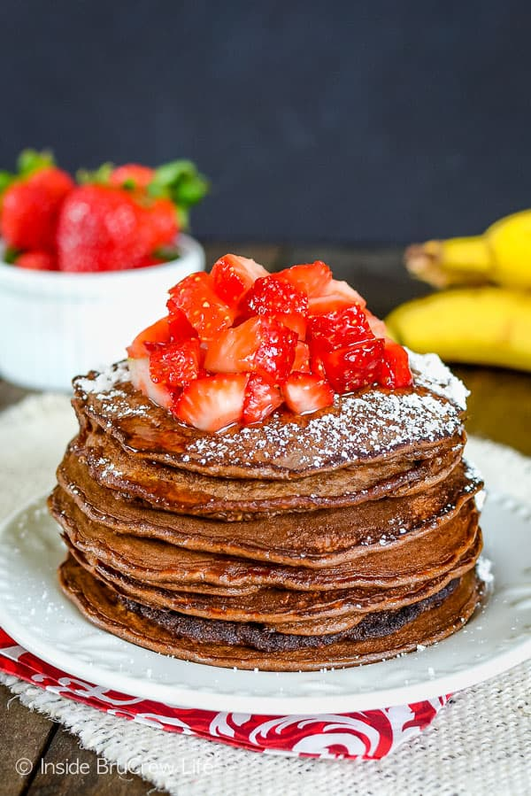 Skinny Chocolate Banana Oatmeal Pancakes - these healthy chocolate pancakes are loaded with protein. Easy healthy recipe to make for breakfast. #breakfast #pancakes #twoingredientpancakes #banana #healthy