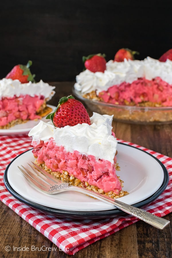 Strawberry Pretzel Pie - an easy no bake pie with a sweet and salty crust and filling! Great pie recipe for spring or summer!