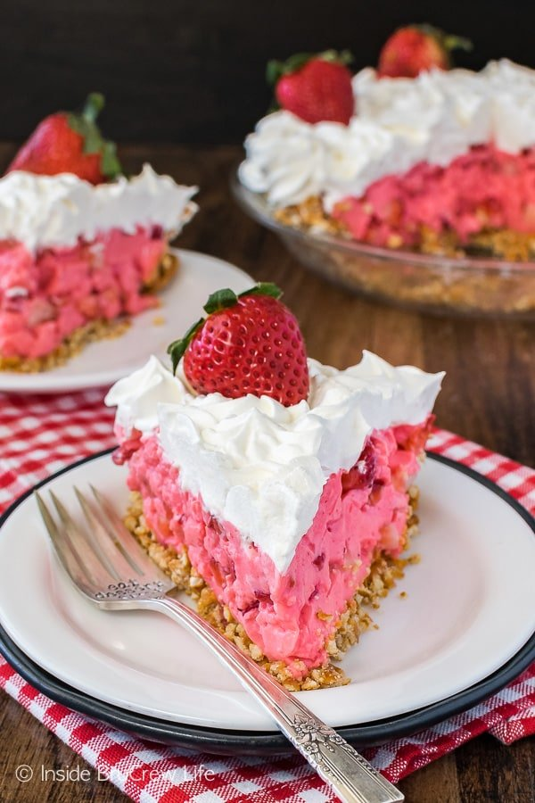 Strawberry Pretzel Pie - a creamy no bake strawberry filling with a sweet and salty crust makes this pie recipe a must make!