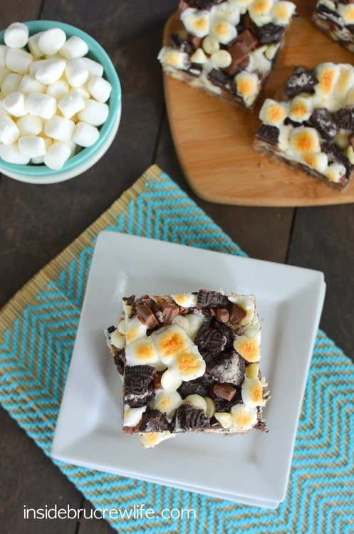 Cookies and Cream S'mores Bars - a delicious cookies and cream twist to the summer s'mores