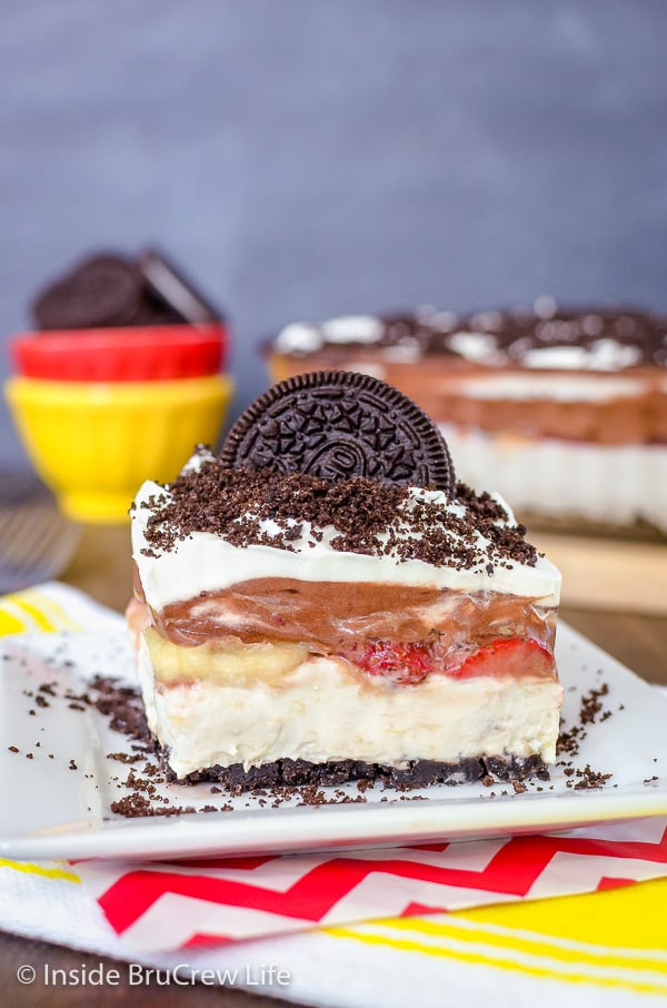No Bake Banana Split Oreo Dessert - creamy cheesecake and pudding loaded with fresh fruit and Oreo cookies tastes amazing. This is is a great no bake dessert for summer picnics and parties! #bananasplit #nobakedessert #Oreo #banana