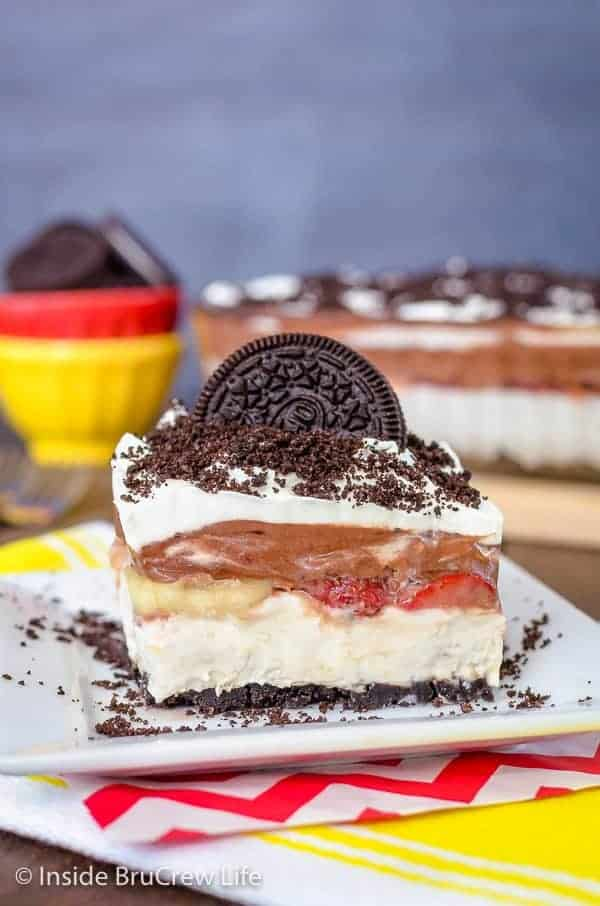 No Bake Banana Split Oreo Dessert - layers of creamy no bake cheesecake, fresh fruit, and chocolate pudding makes an incredible dessert. Try this easy recipe for summer parties and picnics! #bananasplit #nobakedessert #Oreo #banana