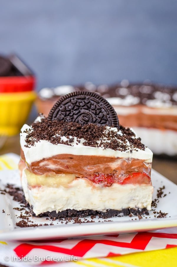 No Bake Banana Split Oreo Dessert -layers of pudding, fruit, and no bake cheesecake makes an impressive and delicious dessert for summer picnics and parties! #bananasplit #nobakedessert #Oreo #banana