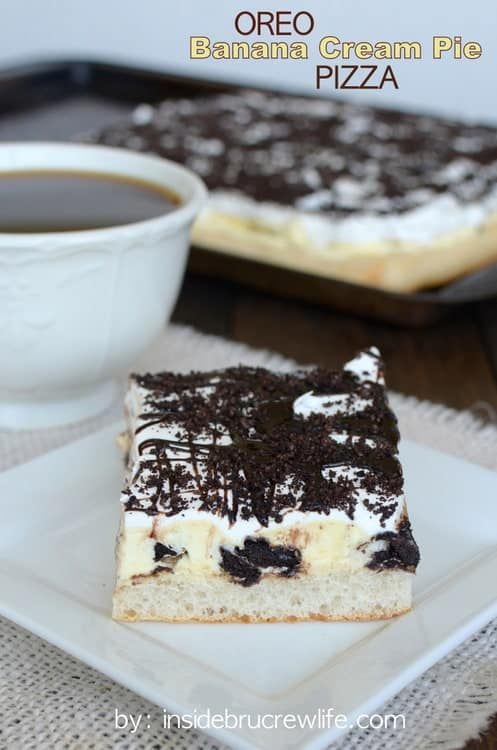 Oreo Banana Cream Pie Pizza - layers of pizza crust, bananas, and Oreos makes this a fun dessert pizza to enjoy