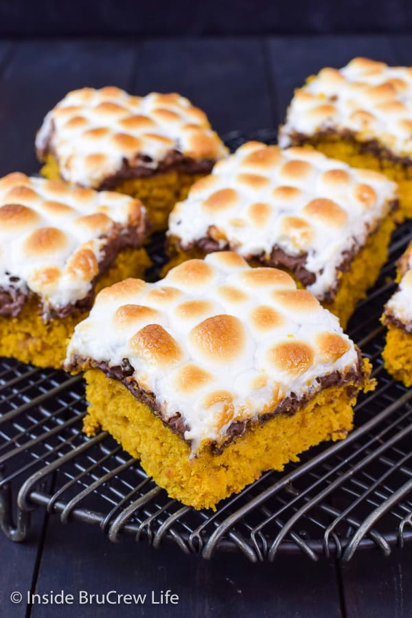 Best Pumpkin S'mores Bars - toasted marshmallow and melted chocolate makes these pumpkin bars taste amazing! Try this easy recipe this fall! #pumpkin #pumpkinbars #smores #chocolate #marshmallow