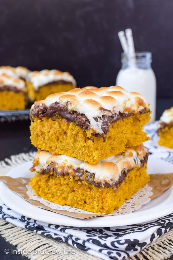 Best Pumpkin S'mores Bars - gooey chocolate and marshmallow adds such a fun and delicious flavor to these easy pumpkin bars. Make this easy recipe this fall. #pumpkin #pumpkinbars #smores #chocolate #marshmallow